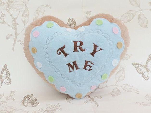 """#Coussin en forme de biscuit coeur #Alice bleu #serenity """"try me"""" est brodé."""