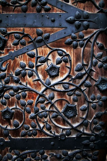 Photo by Ian Wilson  «An old church door snapped in Nuremburg. Currently rocking it as my iPhone wallpaper. » Sur Flickr: https://www.flickr.com/photos/foolstopzanet/5481983618/