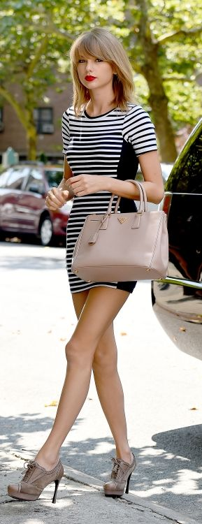 Taylor Swift: Black And White Stripe Dress, Vintage Shoes And Nude Pink Handbag.