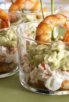 Vasitos de cangrejo, gambas, aguacate y queso.                              …
