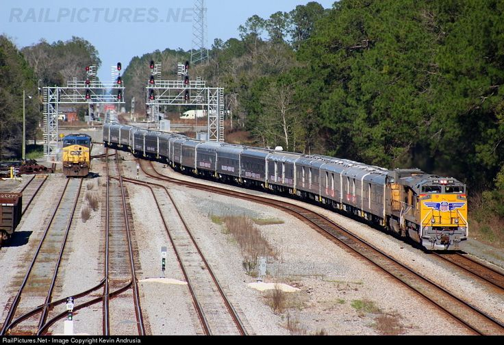 Ringling Brothers Blue Unit heads across the vast network of switches at the north end of Baldwin (with a light engine Q251 waiting for its turn). This move usually occurs in November, but the unit stayed on the road all the way up into New Years, leaving Huntsville (AL) performances on the 2nd and making a beeline to Tampa for shows beginning on the 6th. They not only managed to run according to their schedule, but ran two hours early.