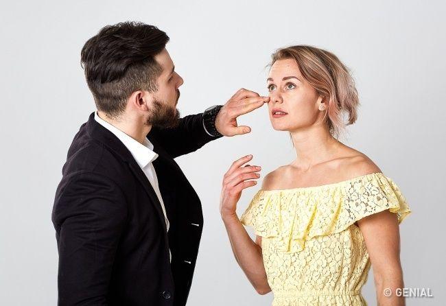 """""""Los hombres rara vez hablan deloque sienten. Por eso, siquieres saber qué siente por tiycuáles son sus intenciones, debes preguntarlo defrente oprestar atención asus gestos yasus hábitos"""", dice Patti Wood, lafamosa psicóloga estadounidense autora delibros sobre ellenguaje corporal, con más de30años deexperiencia. Después deleer sulibro, Genial.guru eligió los gestos inconscientes más evidentes que tedarán aentender que está loco porti."""
