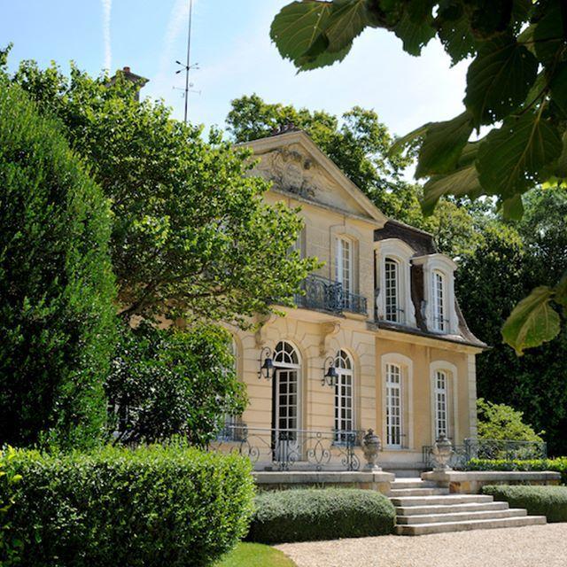 Fantastic chateau nearby Paris    #luxuryhouse#luxurylife#luxuryliving#luxurytravel#luxurystyle#luxurydesign#luxuryhome#luxuryproperty#luxuryvilla#thegoodlife#luxury#traveler#travel#privatevilla#chateaux#castles#Rich#boss#Fontainbleau#castle