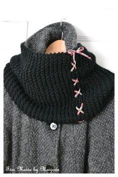 Snood tricoté au point mousse sur 30 mailles avec des aiguilles n°9 et environ 120g de laine. Les deux extrémités du tricot sont lacées avec un cordon de tissu fleuri pour obtenir un tube.