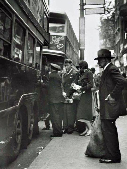 1930s. Whitechapel High St.