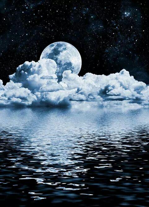 Él cielo es azul  con él mar que lo ASE ver brecioso y con esas nubes reflejan a la luna súper linda para mi ese paisaje es fantástico por eso lo voy a guardar en mi carpeta de paisajes  hermoso y este es uno de ellos