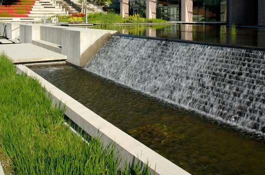 Piscina/fuente en cambio de nivel de jardin