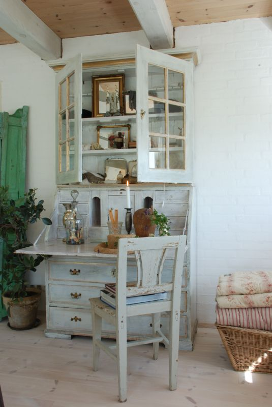 Vintage desk....I could use one of these about now!