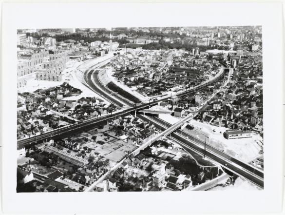 Vue aérienne de Paris et la banlieue : l'autoroute A6 à Gentilly, | Paris Musées