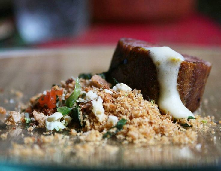 Si conocen la Gran Sabana este plato les gustará  En el nacimiento del nuevo grupo de @cegamamaracaibo #Tepuy  Presentaron este #platoprincipal llamado #Tepuy de #lomito un centro de lomito de res con pesto de cilantro y como cascada fondue de yuca con tierra de merey y ají dulce criollo.  Maridaje: guarapo de caña de azúcar.  Foto: @imagenesferrero  #carne #cocinavenezolana #zulia #maracaibo #venezuela #evento #food #foodie #foodporn #instafood #instagood #dessert #desserts #dessertporn…