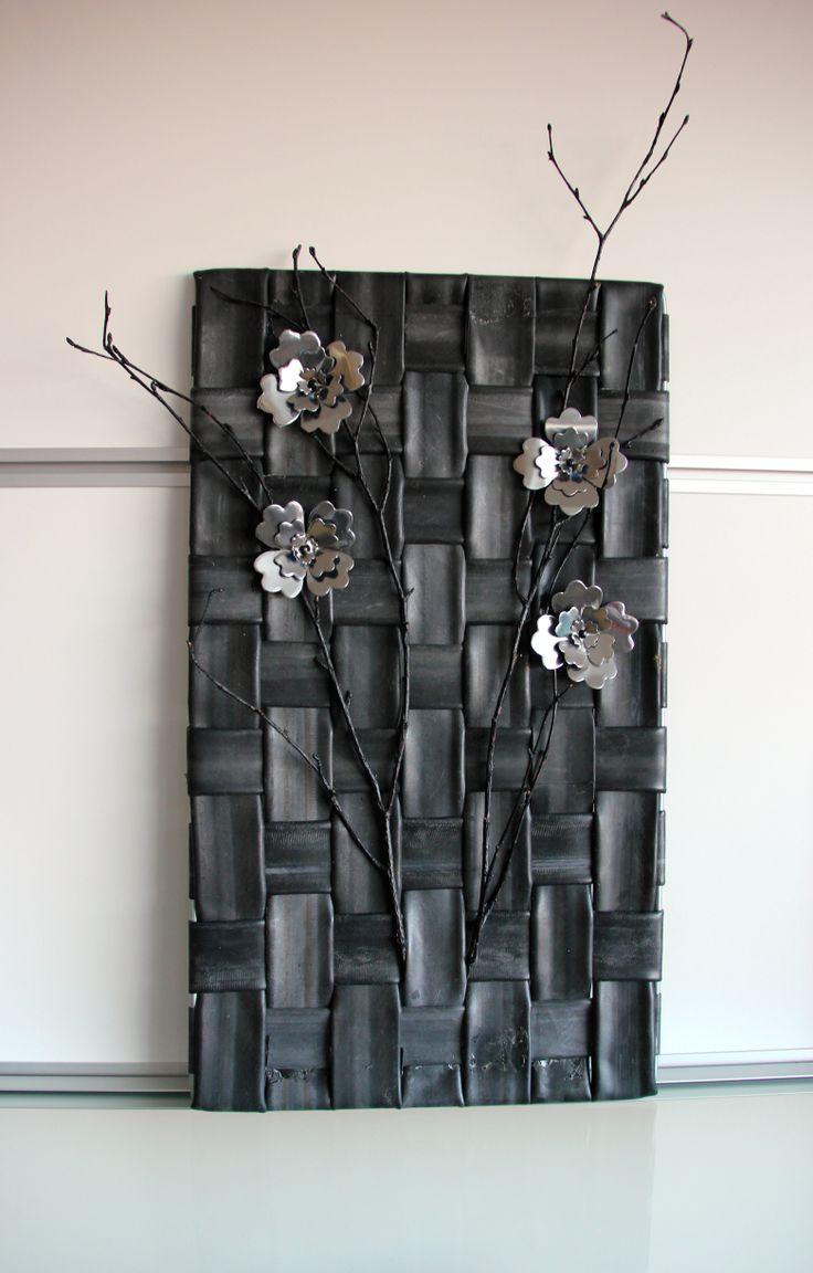 Wand decoratie. De bloemen zijn gemaakt van blikjes.