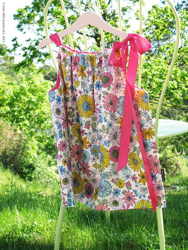 Med värmen kommer enkelheten att klä på barnen. Små bara ben pinnar med lätta steg iväg till dagis och skola! Och här får du receptet på hur man enkelt syr sommarens sötaste klänning.