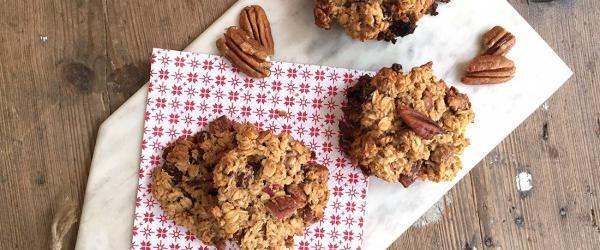 Deze is voor alle cookiemonsters! Havermout koekjes behoren tot de klassiekers onder de koekjes. Een goed havermout koekje moet voldoen aan een aantal randvoorwaarden: (een niet te) krokant gebakken korstje, zachte vulling en de juisteingrediënten. Het moet je craving stillen en geeft je tegelijkertijd een voldaan, vol gevoel. Het klinkt als een perfect koekje en …