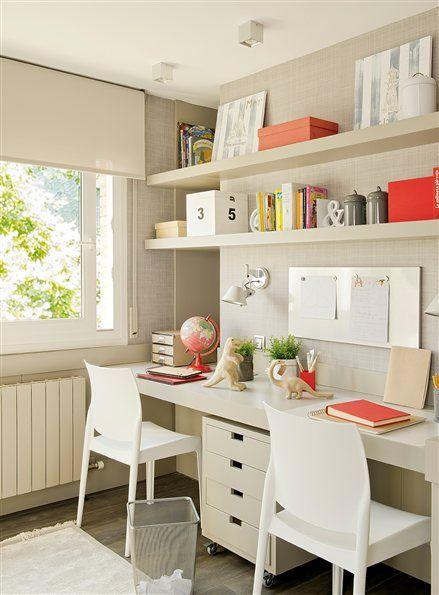 Zona de estudio con escritorio doble y baldas
