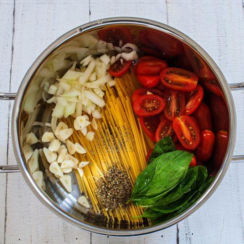One Pot Pasta mit Kirschtomaten Zutaten  170 g Spaghetti  170 g Cocktailtomaten  1/2 Zwiebel  2 Knoblauchzehen  Salz, Pfeffer  1 Tl Oregano  525 ml Wasser  frischer Basilikum   Zwiebel und Knoblauchzehen abziehen und grob hacken. Cocktailtomaten gründlichen reinigen und halbieren oder vierteln. Alle Zutaten in einen großen Topf geben und mit dem Wasser übergießen. Zum kochen bringen und anschließend für knapp 10 Minuten leise köcheln lassen und dabei regelmäßig umrühren.   Ergibt 1 große…