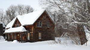 Les maisons historiques du village historique de Val Jalbert sous la neige (Lac St Jean, Québec)