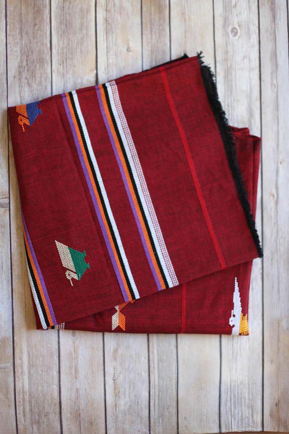 Vintage mexikanische Decke/werfen  Oh mein kleines Herz! machen Sie Ihr Haus ein Zuhause mit diesem schönen Stück. Leichte Decke. 100 % authentische mexikanische Decke ist perfekt für Ihre nächste Picknick oder nächsten Strandreise! Messungen 5 x 4,6 Feet (nicht einschließlich Quasten)  Tag-Etikett:-n/a  Zustand: groß-keine Risse, Risse oder Flecken.    ----------------------------- ALLE VERKÄUFE SIND ENDGÜLTIG.  Alle Verkäufe sind da und sind endgültig, also bitte sorgfältig prüfen...