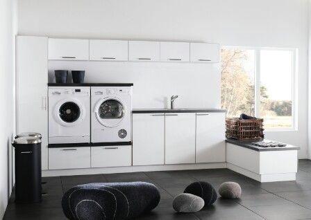 Tvättstuga - tvättmaskin på fläktskåp