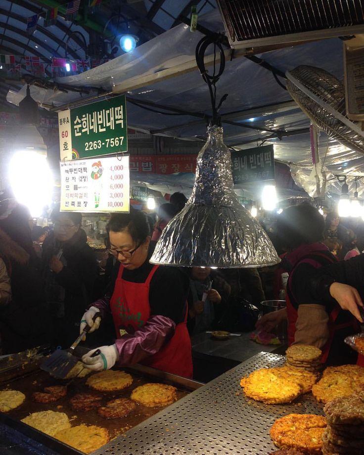 #빈대떡 #광장시장 #순희네빈대떡 #시장 . 여기만 사람이 줄을 선다. 맛은 다 똑같은데. . #market #foodie #foodporn #foodstagram #eatingout #streetfood #맛스타그램 #먹스타그램 #traveling #seoul #korea #koreanpancake #gwangjangmarket #녹두빈대떡 #녹두전