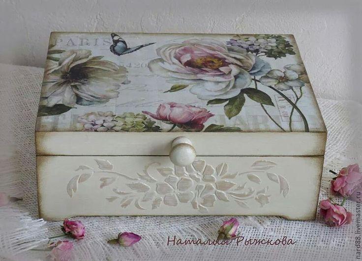 caja con pintura de relieve