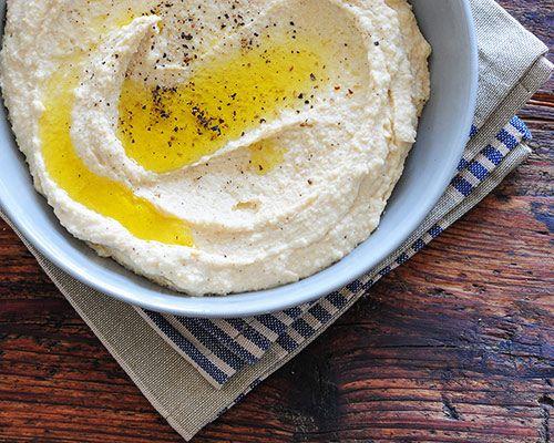 Hummus jest zdrowy, wegański i pyszny. Dzieci go uwielbiają! Prosty do zrobienia - połącz cieciorkę, cytrynę, czosnek, tahini i sól.