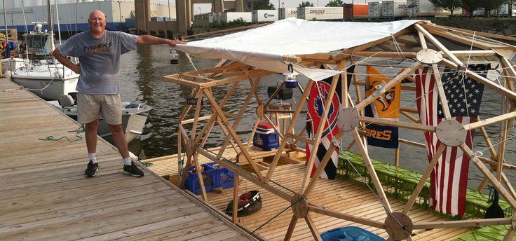 O norte-americano, Michael Weekes projetou um barco-casa sustentável usando apenas US$ 2 mil dólares (cerca de R$ 4.400  reais). Feito de madeira compensada e galões de plásticos de armazenamento, apresenta uma opção sustentável para o lazer – e moradia, por quê, não? – ao ar livre e próximo da natureza.