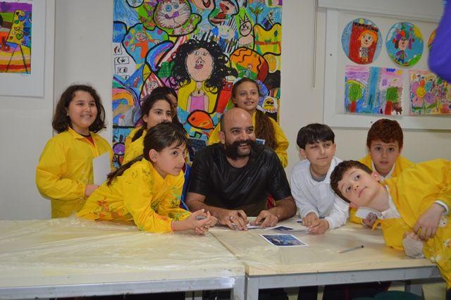 SANATA YOLCULUK Bilfen Çayyolu İlköğretim Kurumu öğrencileri, sanat dünyasına yeni bir ekol katan, plastiğe hayat vererek farklı bir sanatsal deneyimi gözler önüne seren Emre LÜLE'yi konuk etti. Bilfen Yenişehir Ortaokulu öğrencileri ise Uluslararası Plastik Sanatlar Derneği 2. Başkanı olan ünlü ressam Bahri Genç ile bir araya geldi.