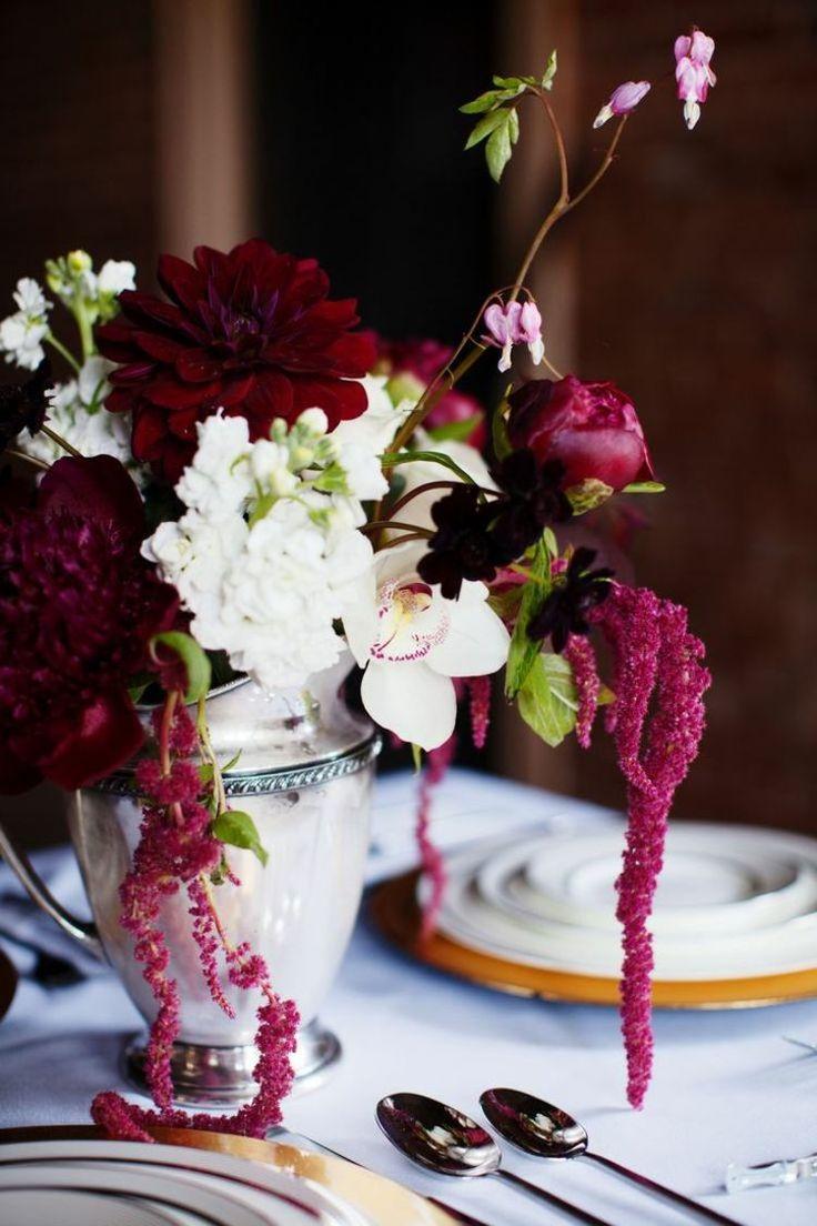 décoration florale pour table de mariage - vase en porcelaine avec un bouquet de pivoines en bordeaux, orchidées blanches et fleurs de couleur cyclamen