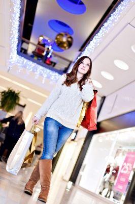 Cuando llega esta época del año, las personas se apresuran a comprar adornos de Navidad, el árbol, juguetes, regalos, ropa, comida, entre otras cosas. Gastan cientos de dólares, se llenan de estrés...