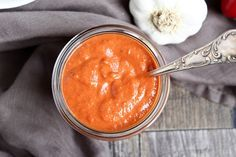 Mojo rojo ist die rote Variante von Mojo verde. Das sind kanarische Saucen. Einfach göttlich ! Mojo rojo ist eine scharfe Sauce. Hauptbestandteile der Mojo rojo sind Chili und Knoblauch. Zusammen m…