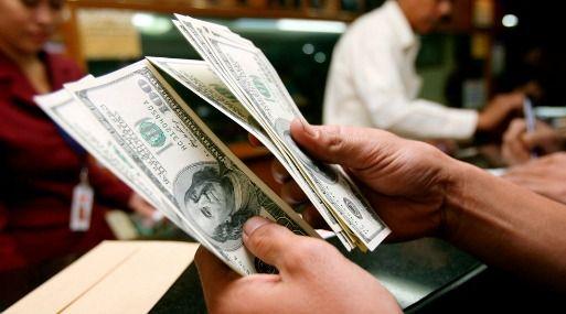 Tipo de cambio cierra en baja por recorte de posiciones de dólares en bancos