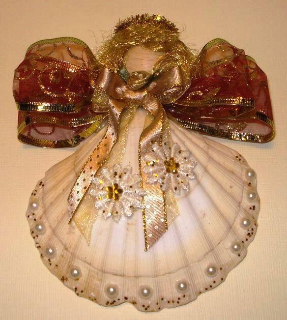 Quest'anno: conchiglie natalizie... a forma di angioletti, presepi o decorate con pigne e rami di abete.