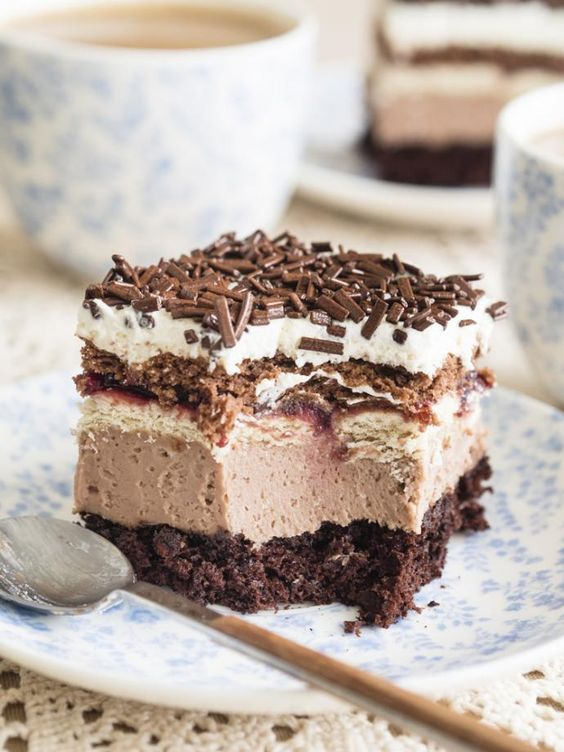 Ciasto, obok którego nie sposób przejść obojętnie. Kakaowy biszkopt, krem budyniowy z dodatkiem Nutelli i dwa rodzaje herbatników przełożonych konfiturą porzeczkową. Do tego bita śmietana i czekoladowa posypka. Wszystkie warstwy razem tworzą niepowtarzalną w smaku Kubankę. Smacznego :)