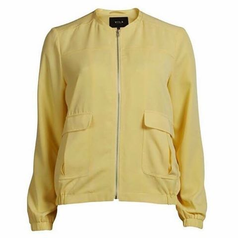 Nydelige vårfarger i butikken nå  blant annet har vi fått inn denne fine jakken i både gul og lyseblå
