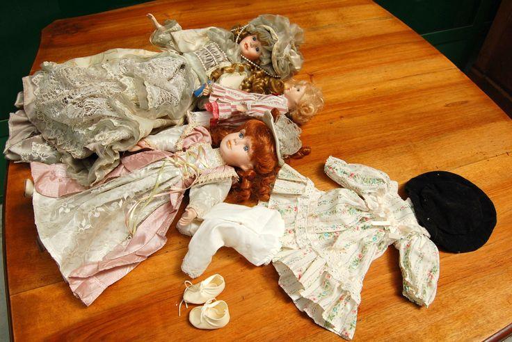 Lotto 3 bambole in ceramica con accessori di vestiario