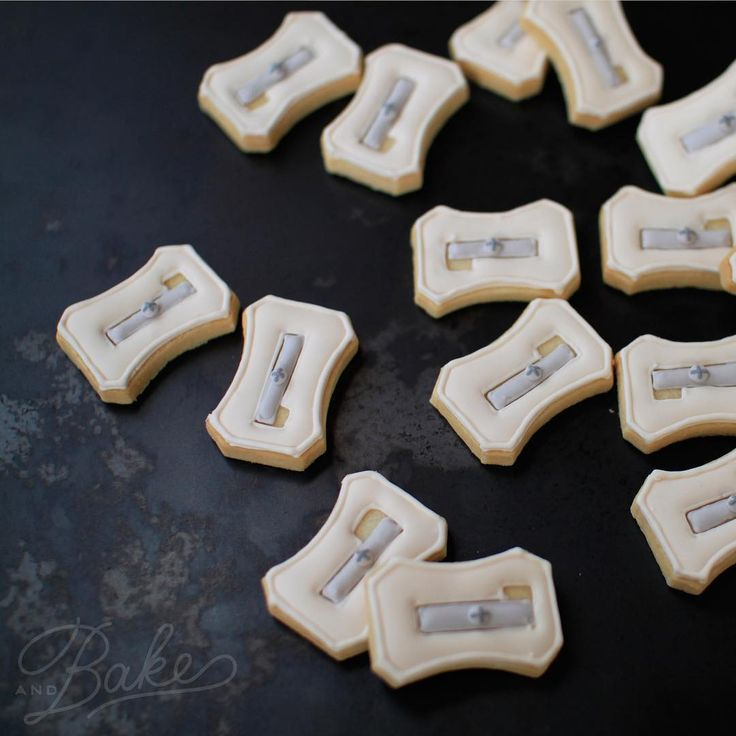 ° ° Colored pencil icing cookies for exhibition ✎✎✎ °  ° マニアの血が騒いだ(←もちろん!私😁)鉛筆削り。 私的にはかなーーーーりのツボでしたが、どなたかご理解いただけますでしょーか?(笑) 大量に描きながら、自分が何を作っているんだか良く分からなくなってきました😂😂😂 『1番のヒット😁』と嬉しそうに話したら、姉 @clicquot1219 に即!却下されたことは・・・ ナイショ🙊🤐🙃 ° ° クリスマスリースの他に、販売アイテムは全5種類になります。全ての時間在廊しておりますので、皆様にお目にかかれますのを楽しみにしておりまーす🤗 是非♡足を運んで頂けると嬉しいです :-) 《個展information》 二人展 あそびごころ 2016.11.25(金)-27(日) 11時〜18時 〈会場〉阿佐ヶ谷 ひねもすのたり 03-3330-8807 ° °