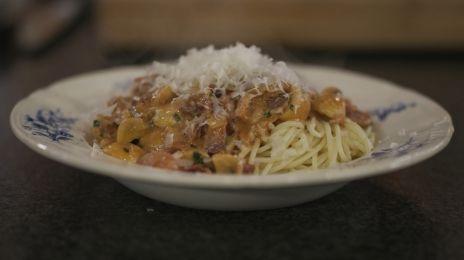 Spaghetti met pancetta en kerstomaat: Spaghetti hoeft niet te zwemmen in de saus, maar Jeroen houdt wel van een bord vol met smaak. Een royale hoeveelheid blokjes gebakken pancetta en veel verse champignons en tomaatjes doen de truc. Dit is puur 'comfort food' dat in geen tijd op de tafel staat. En af en toe mag dat al eens.