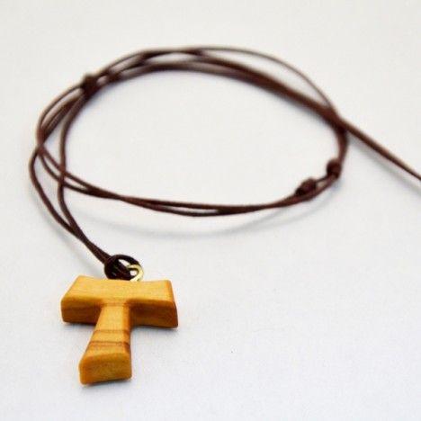 Croce Tau in legno di ulivo, la croce dei poveri diffusa da San Francesco d'Assisi. Corredata di un laccio in corda (collana). Ideale come regalo per ragazzi e anche per Prima Comunione, Cresima e Confessione.