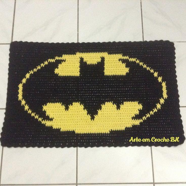 Tapete feito em Croche barbante, medindo aproximadamente 74cm de comprimento, por 47cm de altura. Dupla face.