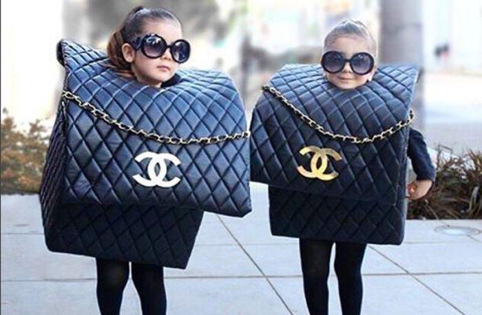 Tvillingarna Bella och Chloe är blott fyra år, men deras halloween-outfit har tagit modevärldenmed storm. Inte att undra på, när andra valde spöken och vampyrer satsade de på high fashion!
