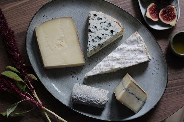 Zu Nikolaus mal was anderes als Schokolade? Wie wärs mit ner gemischten Tüte? All unsere Käsepakete findet ihr auf okäse.de! #käse #käseplatte #käseliebe #nikolaus #gemischtetüte #feinkost #mhh #saintemaure #morbier #comté #briedemeaux #bleudauvergne #okäse