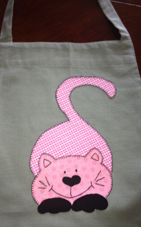 Aplicación gatito con tela de cuadros rosas.