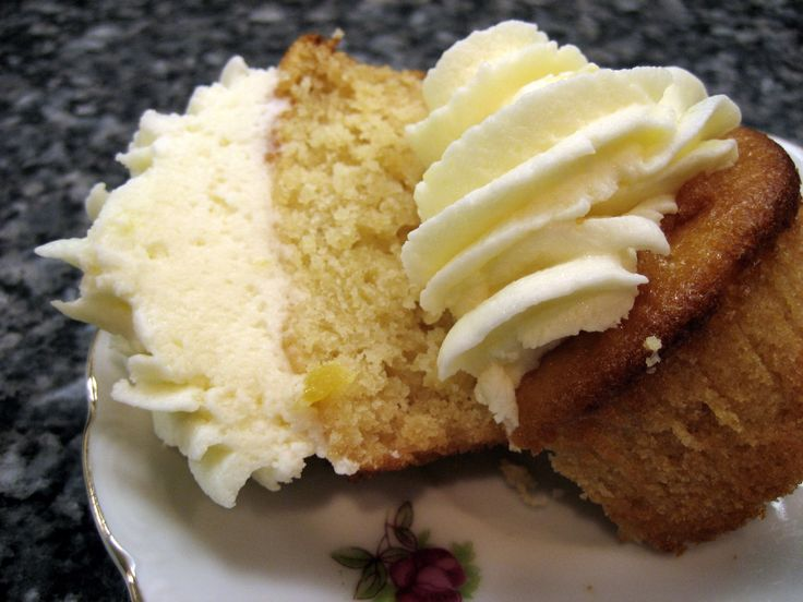 Pineapple Cupcakes with PineappleButtercream