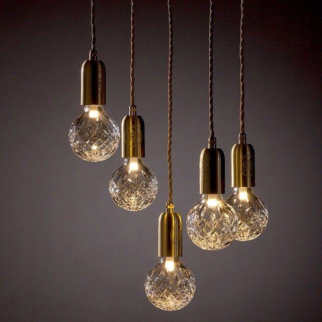 Julklappstips på R.O.O.M. Lampa från Lee Broom. Crystal Bulb inkl upphängning 2.175kr/st. Endast Crystal bulb 1.249kr. Finns även som taklampa med 5 lampor, 11.295kr, samt bordslampa 2.520kr. Finns på R.O.O.M. Täby C. Foto: @leebroom #roombutiken #leebroom #crystalbulb #julklappstipspåroom