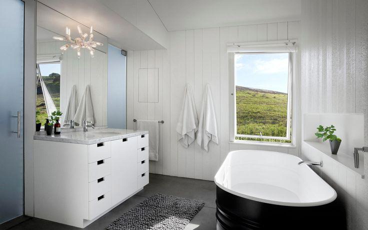 Интерьер ванной комнаты в загородном доме с бассейном.