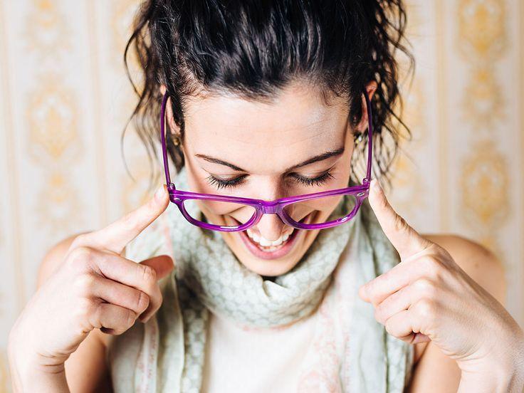 Fettige Haut sorgt dafür, dass die Brille ständig von der Nase rutscht. Wir haben einen tollen Trick, wie ihr das verhindern könnt.