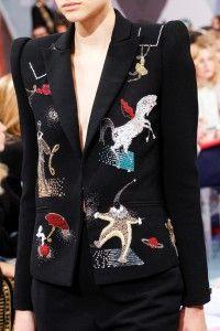 Сегодня хочется упомянуть об одной из самых впечатляющих и ярких коллекций, представленных на Неделе Высокой Моды в Париже. Бренд Schiaparelli сегодня переживает свое второе рождение!