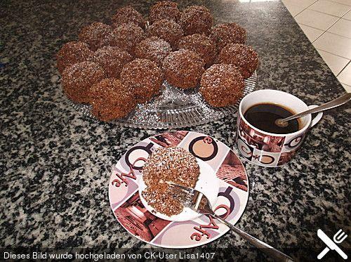 Sibirische Törtchen,  Zutaten 1 Becher Schmand 1 Pck. Backpulver 4  Ei(er) 150 g Zucker 375 g Mehl 1 Pck. Vanillinzucker 1  Vanilleschote(n) 250 g Butter, zimmerwarm 1 Dose Kondensmilch, gezuckerte (z. B. Milchmädchen), 400 g 100 g Mandel(n) oder Haselnüsse, gehackt, geröstet