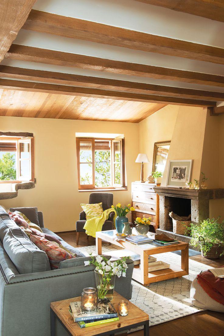 Sal n r stico con vigas de madera y chimenea con - Salon de piedra ...