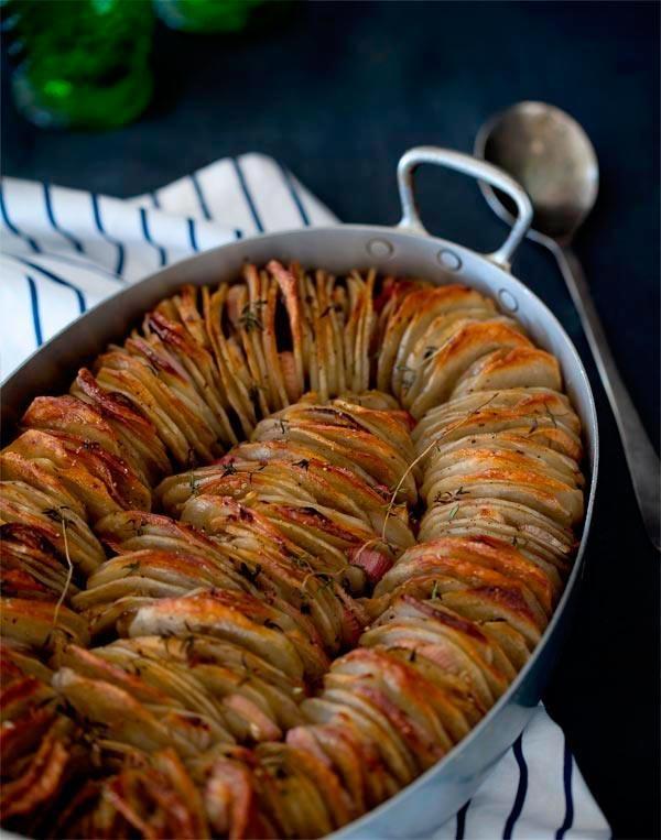 batatas no formo     como faz: cozinhe (pouco) as batatas e corte em tiras bem finas.  tempere à gosto, regue com azeite e coloque no forno pré aquecido até dar ponto de crocancia.